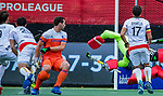 Den Bosch  -  Sander Baart (Ned) ziet keeper Pirmin Blaak (Ned)  redden   tijdens   de Pro League hockeywedstrijd heren, Nederland-Belgie (4-3).    COPYRIGHT KOEN SUYK