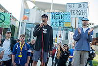 """Ca. 300-350 Menschen nahmen am 3. Oktober 2014 vor dem Kanzleramt in Berlin an einer Mahnwache fuer den Frieden der sog. Montagsdemo teil.<br /> An der Manhwache nahmen Vertreter der sog. Querfront-Iedologie und Verschwoerungstheoretiker teil<br /> Links im Bild: Zu den Kundgebungsteilnehmern sprach neben bekennenden Rechten auch der deutsche Pop- und Schlagersaenger Xavier Naidoo. Er trug dabei ein T-Shirt """"Freiheit fuer Deutschland"""".<br /> 3.10.2014, Berlin<br /> Copyright: Christian-Ditsch.de<br /> [Inhaltsveraendernde Manipulation des Fotos nur nach ausdruecklicher Genehmigung des Fotografen. Vereinbarungen ueber Abtretung von Persoenlichkeitsrechten/Model Release der abgebildeten Person/Personen liegen nicht vor. NO MODEL RELEASE! Don't publish without copyright Christian-Ditsch.de, Veroeffentlichung nur mit Fotografennennung, sowie gegen Honorar, MwSt. und Beleg. Konto: I N G - D i B a, IBAN DE58500105175400192269, BIC INGDDEFFXXX, Kontakt: post@christian-ditsch.de<br /> Urhebervermerk wird gemaess Paragraph 13 UHG verlangt.]"""