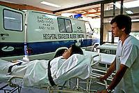 Enfermeiro com paciente na maca. Hospital Albert Einstein. São Paulo. 1995. Foto de Cynthia Brito.