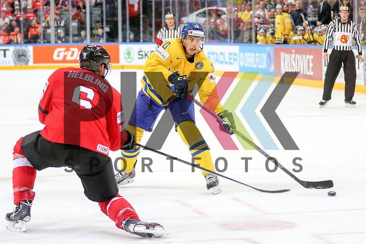 Schwedens Lindstrom, Joakim (Nr.10) im Zweikampf mit  Schweizs Helbling, Timo (Nr.6) mit Puck im Spiel IIHF WC15 Schweiz vs. Schweden.<br /> <br /> Foto &copy; P-I-X.org *** Foto ist honorarpflichtig! *** Auf Anfrage in hoeherer Qualitaet/Aufloesung. Belegexemplar erbeten. Veroeffentlichung ausschliesslich fuer journalistisch-publizistische Zwecke. For editorial use only.