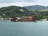 Schiffswrack im Hafen Mahogany Bay auf Roatan mit Strandclub und Seilbahn - 01.02.2020: Roatan mit der Costa Luminosa
