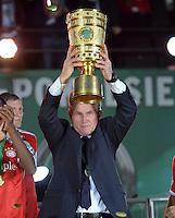 FUSSBALL       DFB POKAL FINALE        SAISON 2012/2013 FC Bayern Muenchen - VfB Stuttgart    01.06.2013 Bayern Muenchen ist Pokalsieger 2013: Trainer Jupp Heynckes (FC Bayern Muenchen) jubelt mit dem Pokal.