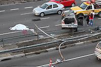 SAO PAULO, SP, 16/03/2014, ACIDENTE FATAL. Na manha desse domingo (16) um veiculo perdeu a direcao, bateu contra um poste e ficou sobre o graid rail na Radial Leste proximo a Av. Carrao no bairro do Tatuape. Duas pessoas ocupavam o veiculo, o motorista foi projetado e faleceu no local, a passageira foi socorrida pelo Bombeiros. Luiz Guarnieri/ Brazil Photo Press.