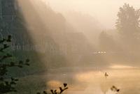 Europe/France/Aquitaine/24/Dordogne/Vallée de la Dordogne/Périgord Noir/La Roque-Gageac: Pêcheur à la ligne sur une barque sur la Dordogne dans la brume