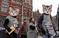 Nederland - Amsterdam - 2020.  De FNV roept vandaag op Fat Cat Day de veertien meest invloedrijke CEO's van ons land op om zich uit te spreken voor een hoger minimumloon. De meeste van deze CEO's hebben vandaag al het bedrag verdiend waar een minimumloner een heel jaar voor moet werken. Veertien mensen in kattenpakken lopen vandaag vanaf het Centraal Station in Amsterdam naar het Beursplein. Daar is een expositie ingericht over de grootverdieners.    Foto mag niet in negatieve / schadelijke context gepubliceerd worden.      Foto Berlinda van Dam / Hollandse Hoogte