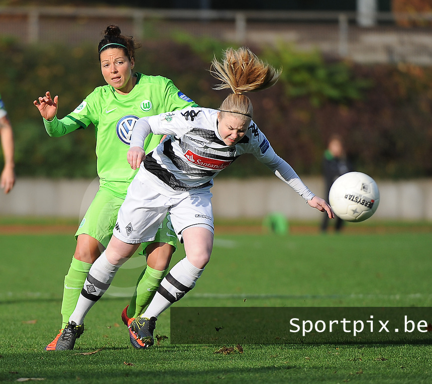 20161105 - MOENCHENGLADBACH , GERMANY : Wolfsburg's Vanessa Bernauer (L) and Mönchengladbach's Nadja Kleinikel (R)  pictured during an Allianz Frauen Bundesliga game between Borussia Mönchengladbach and Vfl Wolfsburg during the 7th spieltag - game for the 2016-2017 Allianz Frauen-Bundesliga season , Saturday 5 th November 2016 ,  PHOTO Dirk Vuylsteke | Sportpix.Be