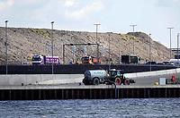 Nederland  Zaanstad Assendelft Nauerna 2019.  De Nauernasche Polder, tussen de woonbebouwing Nauerna en het Noordzeekanaal, is sinds begin jaren tachtig in gebruik als vuilstort van de firma Afvalzorg. Wegens problemen met afvalverwerkingsbedrijf AEB uit Amsterdam, wordt hier de komende tijd ook afval uit Amsterdam gestort.  Foto Berlinda van Dam / Hollandse Hoogte