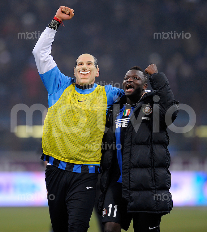 FUSSBALL INTERNATIONAL   SERIE A   SAISON 2009/2010    F.C.Inter Mailand - A.C.Milan , 24.01.2010 Marco Materazzi mit  Berlusconi's mask with Muntari at the end of the game (Inter)