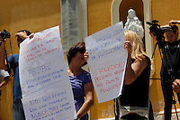 SALESOPOLIS, SP, 02 DE FEVEREIRO DE 2012 - GOVERNADOR GERALDO ALCKMIN -  Moradores de Salesopolis protestam durante a visita do Governador do Estado Geraldo Alckmin ao município de Salesopolis em Sao Paulo, nesta quinta-feira, 02. (FOTO: WARLEY LEITE - NEWS FREE).