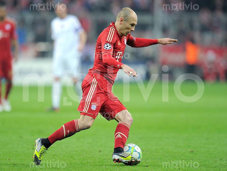 FUSSBALL   CHAMPIONS LEAGUE   SAISON 2011/2012   ACHTELFINALE RUECKSPIEL     13.03.2012 FC Bayern Muenchen - FC Basel        Arjen Robben (FC Bayern Muenchen) am Ball