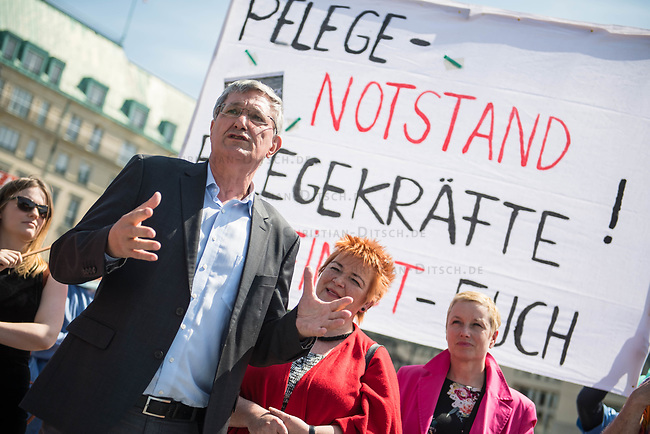 Pflege in Bewegung - Bundesweite Gefaehrdungsanzeige.<br /> Am Freitag den 12. Mai fand in Berlin zum &quot;Internationaler Tag der Pflege&quot; die Abschlussveranstaltung der Aktionskampagne &quot;bundesweite Gefaehrdungsanzeige&quot; am Brandenburger Tor statt.<br /> Neben Redebeitraegen von Politik gab es es Statements von Initiatoren der Kampagne und Aktivisten der Pflegeszene, sowie Politiker der Linkspartei, der SPD und der Gruenen. Erstmals wurde das Strategiepapier &quot;Zukunft(s)Pflege&quot; oeffentlich vorgestellt.<br /> Im Anschlus wurden ueber 8.500 Unterschriften im Bundesgesundheitsministerium uebergeben.<br /> Im Bild vlnr.: Bernd Riexinger, Parteivorsitzender der Linkspartei, Mechthild Rawert von B90/Gruene und Elisabeth Scharfenberg von der SPD.<br /> 12.5.2017, Berlin<br /> Copyright: Christian-Ditsch.de<br /> [Inhaltsveraendernde Manipulation des Fotos nur nach ausdruecklicher Genehmigung des Fotografen. Vereinbarungen ueber Abtretung von Persoenlichkeitsrechten/Model Release der abgebildeten Person/Personen liegen nicht vor. NO MODEL RELEASE! Nur fuer Redaktionelle Zwecke. Don't publish without copyright Christian-Ditsch.de, Veroeffentlichung nur mit Fotografennennung, sowie gegen Honorar, MwSt. und Beleg. Konto: I N G - D i B a, IBAN DE58500105175400192269, BIC INGDDEFFXXX, Kontakt: post@christian-ditsch.de<br /> Bei der Bearbeitung der Dateiinformationen darf die Urheberkennzeichnung in den EXIF- und  IPTC-Daten nicht entfernt werden, diese sind in digitalen Medien nach &sect;95c UrhG rechtlich geschuetzt. Der Urhebervermerk wird gemaess &sect;13 UrhG verlangt.]