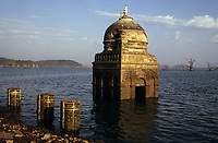 INDIA, state Madhya Pradesh, Narmada river and dams, reservoir of Narmada dam at Bargi, submerged Hindu temple / INDIEN, Narmadas Fluss und Staudaemme, Stausee des Bargi Staudamm, im Stausee versunkener Hindu Tempel
