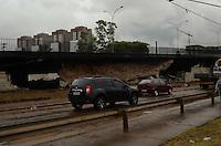 SÃO PAULO, SP, 10 DE JANEIRO DE 2012 - INTERDIÇÃO VIADUTO POMPÉIA - Via lateral do Viaduto Pompéia foi liberada esta tarde. O viaduto foi interditado devido ao incêndio do barracão da Mocidade Alegre, ocorrido na tarde de ontem, 09 .FOTO: ALEXANDRE MOREIRA - NEWS FREE.