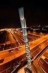 UTRECHT - Langs de snelweg A2 is in de holst van de nacht een opmerkelijke kunstwerk op het door bouwcombinatie Trajectum Novum gebouwde Marinus van Tyrusviaduct geplaatst, de Lightmark.  De 24 meter hoge, door architect Paul van der Ree van studio SK uit Utrecht ontworpen stalen toren, moet  een herkenbare baken worden als grenspaal voor de gemeente Utrecht. Als een lange, uitgerekte wokkel zal de met gepatineerd en geperforeerd koper beklede paal van binnenuit verlicht worden waardoor het oriëntatiepunt van diverse richtingen er telkens anders uitziet.  Trajectum Novum bestaat uit Van Hattum en Blankevooort, Mourik Groot Ammers, Boskalis, KWS Infra en Vialis. COPYRIGHT TON BORSBOOM