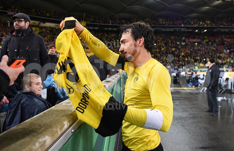FUSSBALL DFB POKAL VIERTELFINALE SAISON  2015/2016  VfB Stuttgart - Borussia Dortmund              09.02.2016 Mats Hummels (Borussia Dortmund) schenkt einem Rollstuhlfahrer sein Trikot