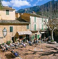 Spain, Mallorca, Fornalutx: Cafe Scene in Central Square  in Spring | Spanien, Mallorca, Fornalutx: Cafe im Ortszentrum laedt zum Verweilen ein
