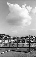 milano, quartiere bovisa, periferia nord. vista dal parcheggio della stazione ferroviaria verso l'interno della città. a sx nella foto, vecchie fabbriche abbandonate --- milan, bovisa district, north periphery. view from the parking of the railway station towards inner city. on the left in the photo, old unused factories