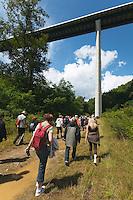 Tout d&eacute;bute par une randonn&eacute;e sur le parcours de l'ancienne voie ferr&eacute;e<br /> Passage sous le viaduc de l'A89, tout un symbole, car c'est la route qui a tu&eacute; le train