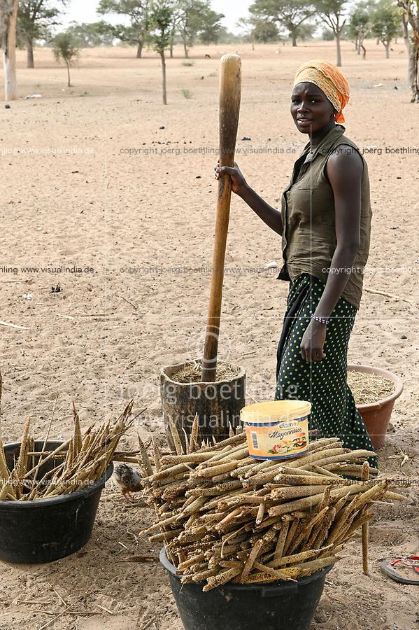 SENEGAL, Sahel, village Ngoxé Djoloff, women pound millet with wooden mortar / Frauen stampfen Hirse
