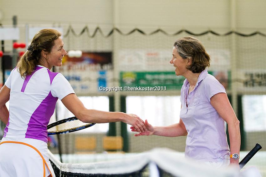 12-03-11, Tennis, Rotterdam, NOVK, Carole de Bruin(L) neemt de felicitaties in ontvangst van Jeanette Ozinga