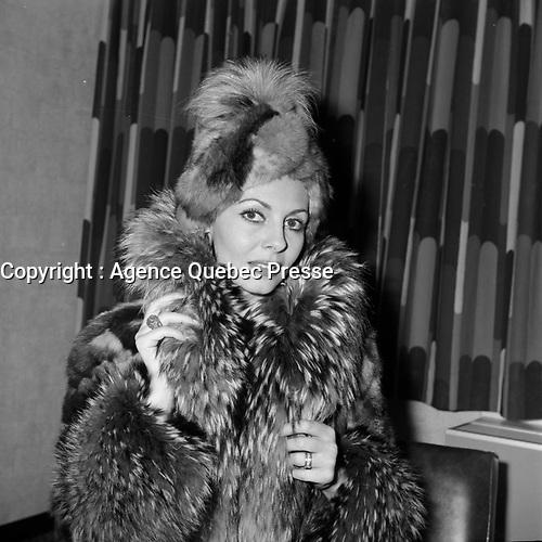 L'actrice Michele Mercier, vers 1970<br /> (date inconnue, avant 1984)<br /> <br /> <br /> Jocelyne Mercier, dite Michèle Mercier, née le 1er janvier 1939 à Nice, est actrice, chanteuse, danseuse et écrivain. Son nom est attaché à la série cinématographique des Angélique. Élevée au rang de sex-symbol dans les années 1960, la comédienne s'est efforcée par la suite de se libérer de ce personnage mythique qui marqua fortement sa carrière. <br /> <br /> Photo : Agence Quebec Presse - Roland Lachance