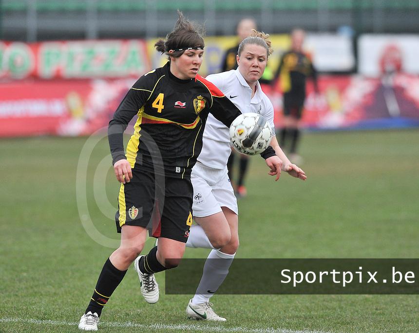 France U19 - Belgium U19 : Karen Verrydt aan de bal voor Lea Declercq.foto DAVID CATRY / Nikonpro.be