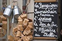 Europe/France/Bourgogne/89/Yonne/Chablis: Détail devanture d'une épicerie, ardoise proposant les fromages de Bourgogne et paniers de vendanges