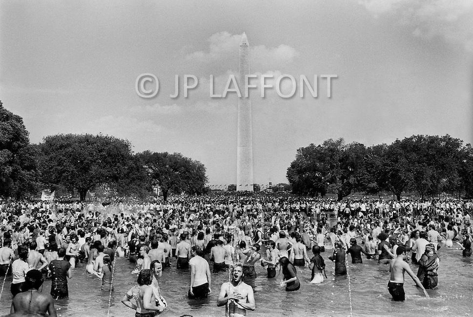 Washington, DC. &ndash; May 9, 1970 <br /> 100.000 students will protest that day against the Kent massacre.<br /> Washington, DC.  9 mai 1970.<br /> La protestation contre les graves incidents sanglants qui se sont d&eacute;roul&eacute;s &agrave; l&rsquo;Universit&eacute; de Kent, dans l&rsquo;Ohio, a r&eacute;uni 100.000 jeunes &eacute;tudiants qui se sont jet&eacute;s dans les bassins devant le monument de Lincoln. C&rsquo;&eacute;tait une journ&eacute;e ensoleill&eacute;e et beaucoup se mirent nus dans les bassins.