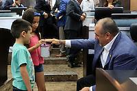 Javier Dagnino diputado por  Cananea deposita un billete de 500 pesos durante un boteo de unos ni&ntilde;os, durante la session ordinaria de esta ma&ntilde;ana, en la camara de diputados del H. Congreso del estado de Sonora<br /> ** &copy;Foto:LuisGutierez/NortePhoto.com