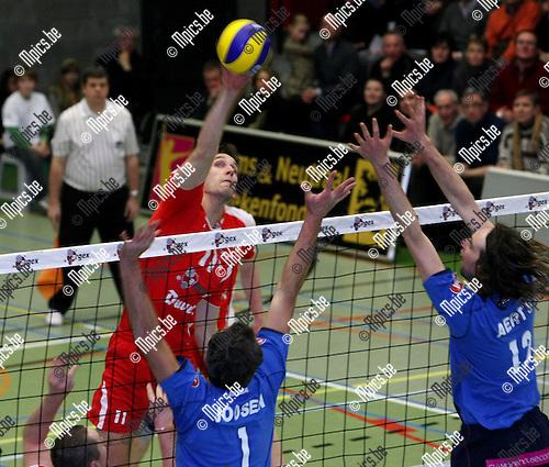 2009-01-10 / Volleybal / Puurs - Waasland / Biset probeert een punt te scoren voor Puurs...Foto: Maarten Straetemans (SMB)