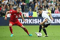 Mesut Özil (D) gegen Kamil Glik (POL) - EM 2016: Deutschland vs. Polen, Gruppe C, 2. Spieltag, Stade de France, Saint Denis, Paris
