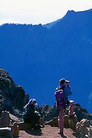 Wanderer am Roque de los Muchachos, La Palma, Kanarische Inseln, Spanien
