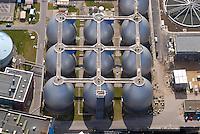 4415/Klaerwerk Koehlbrandhoeft:EUROPA, DEUTSCHLAND, HAMBURG 18.05.2004:Abwasser, Abwasserrohr, Klaeranlage, Klaerwerk, Rohr, Schaum, Schmutz, Verschmutzung, Wasser, Hafen, Elbe, Abwasserreinigung, Faulbehaelter, Faultuerme, Fauleier,  Klaeranlage, Klaerbecken, Klaerschlamm, Klaerwerk, Wasser, Wasseraufbereitung, Faeulnistuerme im Klaerwerk, Faulbehaelter, Faultuerme, Klaeranlage, Klaerbecken, Klaerschlamm, Klaerwerk, Wasseraufbereitung, Aussenansicht, Gifte, Oekologie-Umwelt, Umwelt, Abwasseraufbereitung, Wasserbetriebe, Infrastruktur, Kommune, Privatisierung, Umweltschutz, Wasserreinigung, Entsorgerung, Entsorger, Anlage, Becken, Belebung, Wasserbelebung , Belebungsbecken, Bereich, Berlin, Brauchwasser, Entgasung, Entgasungszone, Industrie, Industrieanlage, Klaerung, Klaerwasserstation, Mechanik, Reinigung, Rueckstaende, Schaedlichkeit, Technik, Klaerschlammbehandlung, Klaerschlammverwertung, Abwasseranlage, Schlammbehandlungsanlage, Belebungsanlage, Schlammentwaesserung, Abwasserbehnadlungsbecken, Luftaufnahme, Luftbild,  Luftansicht