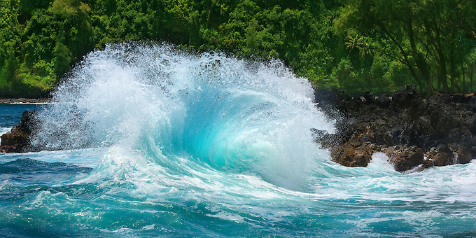 A southern swell in early summer provoked hugh waves on the shore of the Kenae Peninsula, Maui.