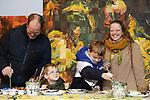 """Foto: VidiPhoto<br /> <br /> HEILIG LANDSTICHTING – Bezoekers van oud tot jong leggen vrijdag de laatste hand aan een replica van het schilderij """"De aanbidding van de wijzen"""" van Rubens in Museumpark Oriëntalis in Heilig Landstichting bij Nijmegen. In het voormalig Bijbels Openluchtmuseum is vanaf 20 december gewerkt aan de replica; een recordpoging om met minstens duizend mensen op verschillende tijdstippen een kopie van een klassiek schilderij te vervaardigen. Het schilderij, dat zaterdag gereed komt, bestaat uit duizend kleine panelen en beslaat een oppervlakte van 3 bij 4 meter, de ware grootte van het origineel. Alle bezoekers mogen gratis meedoen. Het is voor het eerst dat duizend mensen gezamenlijk een klassieker schilderen."""