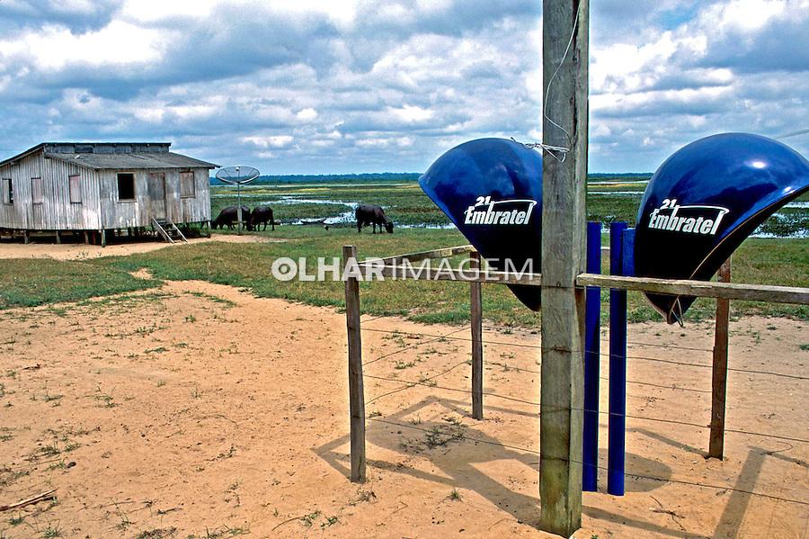 Orelhões de telefone a energia solar. Pará. 2002. Foto de Renata Mello.