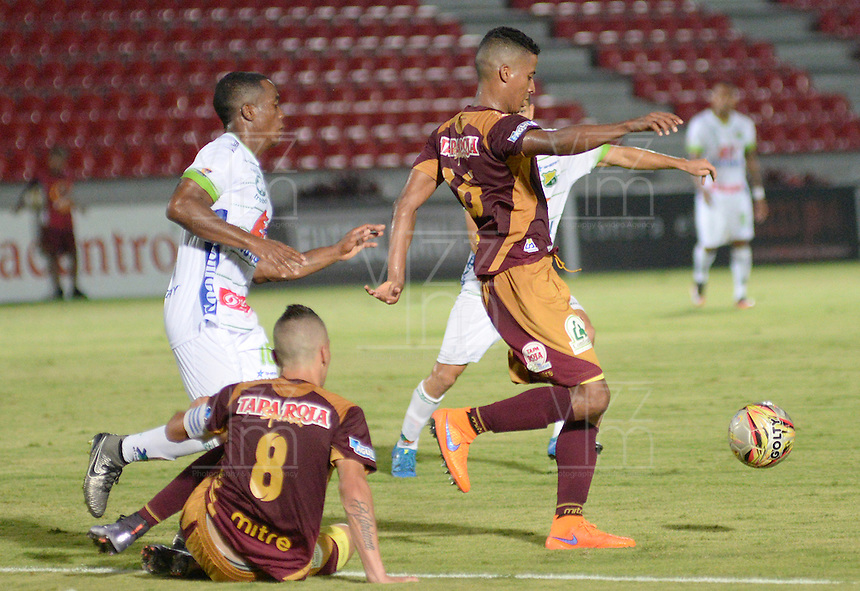 IBAGUÉ -COLOMBIA, 15-01-2015. Fainer Torijano (Der) jugador de Deportes Tolima disputa el balón con Arnol Palacios (Izq) jugador del Atlético Huila por la fecha 10 de la Liga Aguila I 2016 jugado en el estadio Manuel Murillo Toro de la ciudad de Ibagué./ Fainer Torijano (L) player of  Deportes Tolima vies for the ball with Arnol Palacios (R) player of Atletico Huila for the date 10 of the Aguila League I 2016 played at Manuel Murillo Toro stadium in Ibague city. Photo: VizzorImage / Juan Carlos Escobar / Str