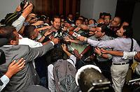 PEREIRA - COLOMBIA- 06-03-2013: Angelino Garzón (Cent.), vicepresidente de Colombia habla con la prensa en Pereira, Colombia, marzo06 de 2013. El Gobierno Nacional se reunió con los líderes del paro de los caficultores para ponerle fin a la huelga y los bloqueos en las carreteras del país, que lleva más de una semana, causando desabastecimiento de alimentos y aislamiento. (Foto: VizzorImage / Cont).  Angelino Garzon (C), Vice President of Colombia speaks to the press in Pereira, Colombia, March 6, 2013. The national government met with the leaders of the coffee growers to end the strike and road blocks in the country, it takes more than a week, causing food shortages and isolation. (Photo: VizzorImage / Cont.).