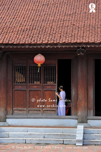Young woman in traditional dress at door (Licence this image exclusively with Getty: http://www.gettyimages.com/detail/83154175 )