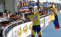 OOSTENDE – BELGICA – 23-08-2013: Andres Felipe Muñoz, patinador de Colombia celebra la medalla de oro y nuevo record mundial durante la prueba de los 300 metros contra reloj individual mayores varones en el patinodromo Mundialista Track en Oostende,  Belgica, agosto 23 de 2013. (Foto: VizzorImage / Luis Ramirez / Staff).  Andres Felipe Muñoz , Colombia skater celebrates the gold medal  and the new world record during testing of the 300 meters individual time trial senior men´s  in the Mundialist Track in Oostende, Belgium, August 23, 2013. (Photo: VizzorImage / Luis Ramirez / Staff).