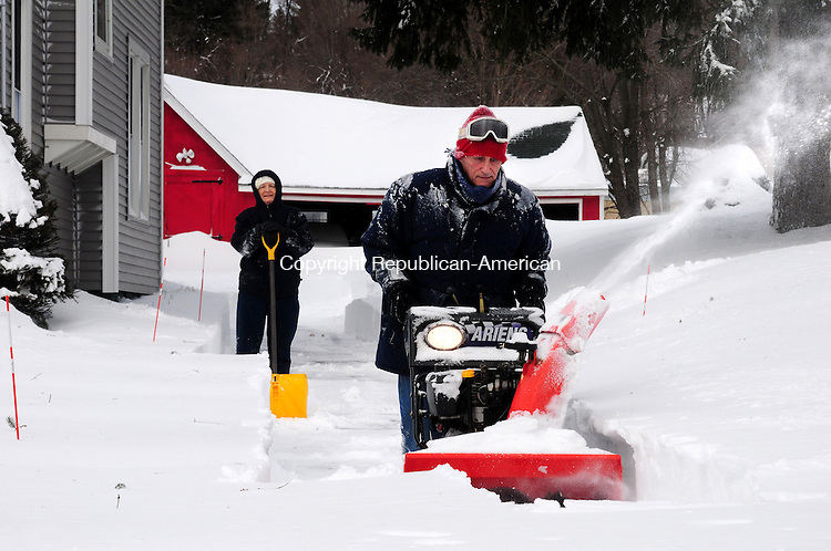 PLYMOUTH, CT, 09 FEB 13-020913AJ14- David Mischke, of Terryville, snowblows his North Main Street driveway Saturday morning, as his wife Joan looks on.     Alec Johnson/ Republican-American