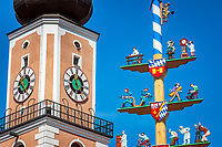 Deutschland, Bayern, Oberpfalz, Naturpark Oberer Bayerischer Wald, Cham: Turm der Stadtpfarrkirche St. Jakob und Maibaum - Detail | Germany, Bavaria, Upper Palatinate, Nature Park Upper Bavarian Forest, Cham: spire of parish church St. Jacob and maypole - close-up