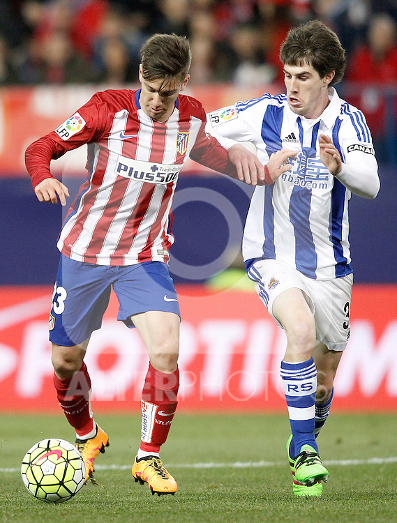Atletico de Madrid's LucianoVietto (l) and Real Sociedad's Aritz Elustondo during La Liga match. March 1,2016. (ALTERPHOTOS/Acero)