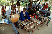 Mali. Bamako. School of musical arts. Music students practise the kora and the xylophone.  © 1997 Didier Ruef