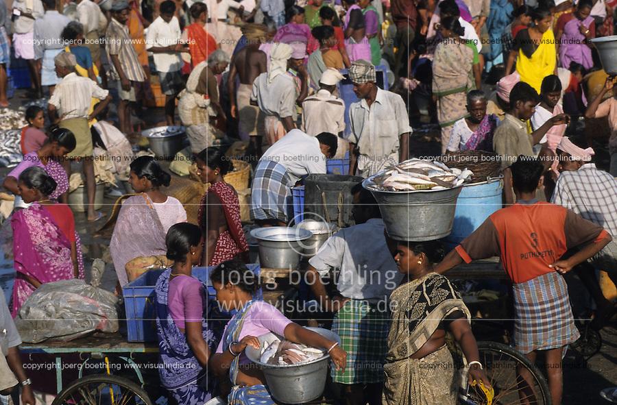 INDIA Tamil Nadu Nagapattinam, market women at fishing harbour/ INDIEN Nagapattinam, Marktfrauen im Fischereihafen