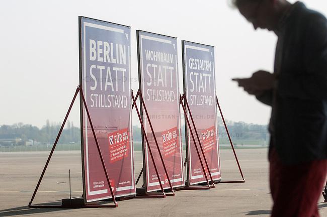 SPD-Berlin stellt Plakate zum Volksbegehren Tempelhofer Feld vor.<br />Am Donnerstag den 3. April 2014 stellte die Berliner SPD auf dem Gelaende des ehemaligen Flughafen Tempelhof ihre Plakate zum Volksbegehren Tempelhofer Feld vor. Die SPD schlaegt fuer das Volksbegehren einen Gesetzestext vor, in den eine Bebauung des Tempelhofer Feldes mit ca. 4.700 Wohnungen, Unternehmen, Sport- und Kindereinrichtungen vor. Fuer die Haelfte der Wohnungen will die SPD einen qm-Preis von 6,- bis 8,- Euro garantieren. Die Slogans auf den Plakaten lauten &quot;Wohnraum statt Stillstand&quot;, Gestalten statt Stillstand&quot; und &quot;Berlin statt Stillstand&quot; und suggerieren, dass Forderungen der Buergerinitiative 100% Tempelhof Stillstand fuer Berlin seien. Die Buergerinitiative hatte mit Unterschriftensammlungen das Volksbegehren erwirkt. Es wird am 25. Mai 2014 parralell zur Europawahl stattfinden.<br />3.4.2014, Berlin<br />Copyright: Christian-Ditsch.de<br />[Inhaltsveraendernde Manipulation des Fotos nur nach ausdruecklicher Genehmigung des Fotografen. Vereinbarungen ueber Abtretung von Persoenlichkeitsrechten/Model Release der abgebildeten Person/Personen liegen nicht vor. NO MODEL RELEASE! Don't publish without copyright Christian-Ditsch.de, Veroeffentlichung nur mit Fotografennennung, sowie gegen Honorar, MwSt. und Beleg. Konto:, I N G - D i B a, IBAN DE58500105175400192269, BIC INGDDEFFXXX, Kontakt: post@christian-ditsch.de]