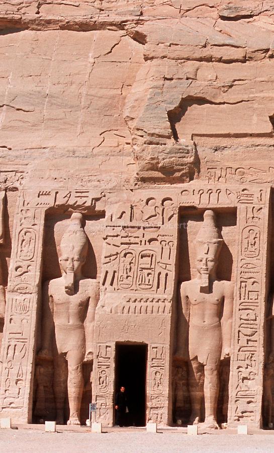 Taillé a même la falaise au XIII e siecle avant J.C., les grands temples d'Abou Simbel ont ete demonte et remonte  dans les annees 60 par l'Unesco pour les proteger de la montee des eaux du lac Nasser. Temple d'Hathor edifie par Ramses II en hommage à son épouse favorite Nefertari