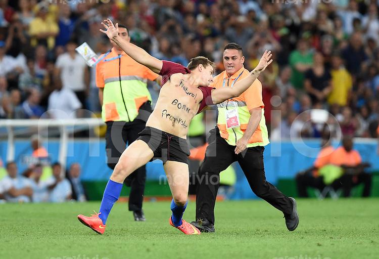 FUSSBALL WM 2014                FINALE Deutschland - Argentinien     13.07.2014 Ein Flitzer schafft es den Platz zu stuermen