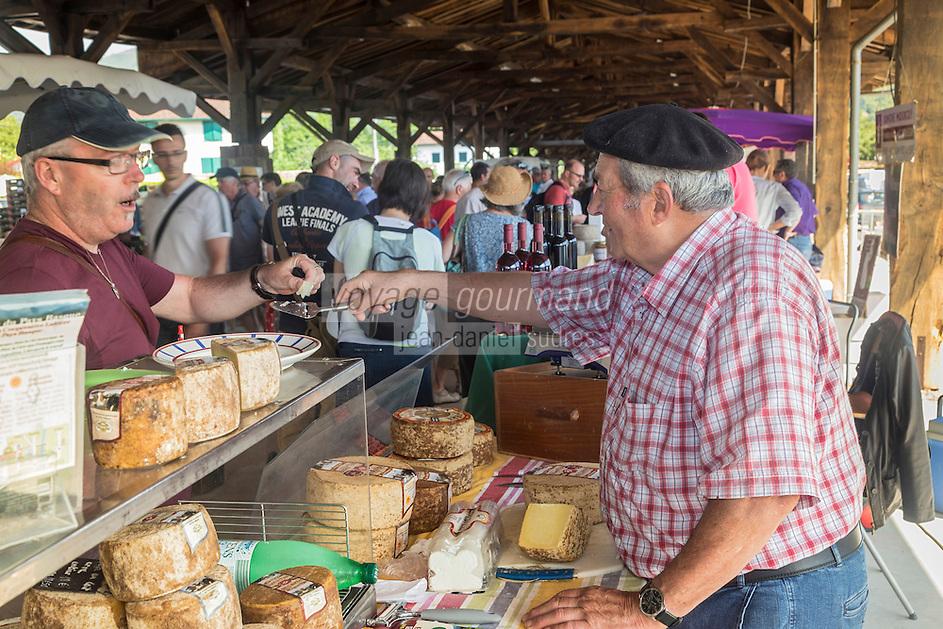 France, Pyrénées-Atlantiques (64), Pays-Basque, Saint-Jean-Pied-de-Port, le marché fermier , vente de fromage AOC Ossau-Iraty AOC // France, Pyrenees Atlantiques, Basque Country, Saint Jean Pied de Port, the farmer's market, selling cheese AOC Ossau-Iraty AOC