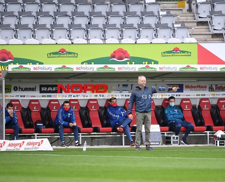 FussballFussball: agnph001:  1. Bundesliga Saison 2019/2020 27. Spieltag 23.05.2020<br />SC Freiburg - SV Werder Bremen<br />Trainer Christian Streich (Freiburg) gibt Anweisungen. Dahinter die Ersatzspieler mit Mundschutz<br />FOTO: Markus Ulmer/Pressefoto Ulmer/ /Pool/gumzmedia/nordphoto<br /><br />Nur fŸr journalistische Zwecke! Only for editorial use! <br />No commercial usage!